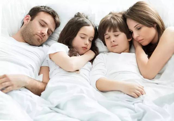 和父母同床睡对于孩子 究竟利大还是弊大?